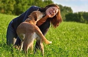 entspannte Frau geniesst die Zeit mit ihrem Hund